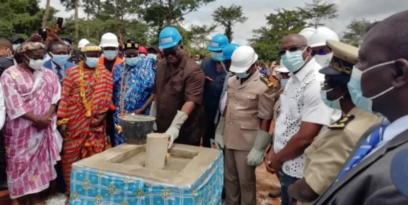 Le ministre Tchagba Laurent posant la première pierre du château d'eau en présence des autorités administratives et coutumières. (DR)