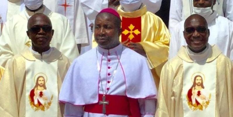 Les deux prêtes jubilaires de Tiédio avec l'évêque de Bondoukou, Mgr Bruno Essoh Yedoh. (DR)