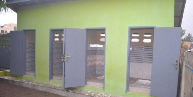 Des latrines dans une école à Abidjan. (DR)