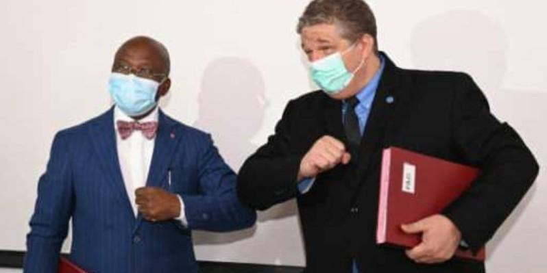 Le ministre Moussa Dosso (à gauche) et le Représentant de la Fao, M. Samy Gaiji à l'issue de la signature de la convention. (DR)