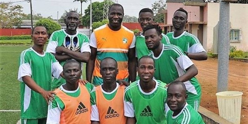 Tizié Jean Jacques (au centre) poursuit son travail de formation des gardiens de but. (DR)