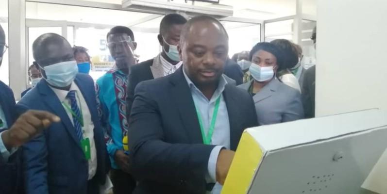 Le maire de la commune, Dr Emmou Sylvestre, testant le nouvel appareil. (DR)
