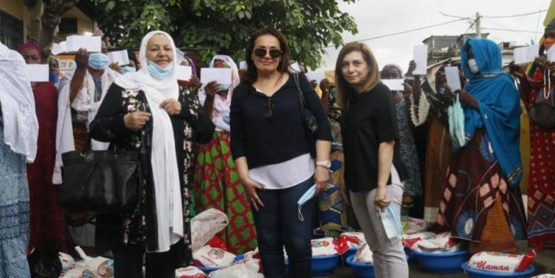 "Des membres de l'association ""El Zahraa posent avec des femmes d'Attécoubé. (DR)"