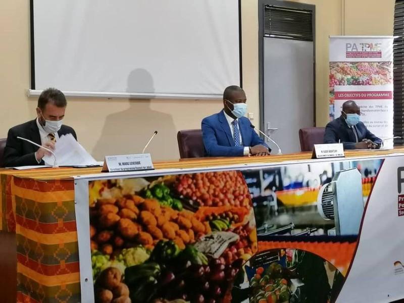 Une vue des officiels. de gauche à droite: Marc Levesque (Giz), Albert Kouatelay (directeur de cabinet adjoint du ministre du Commerce) et Faman Touré, président de la Cci-Ci. (DR)