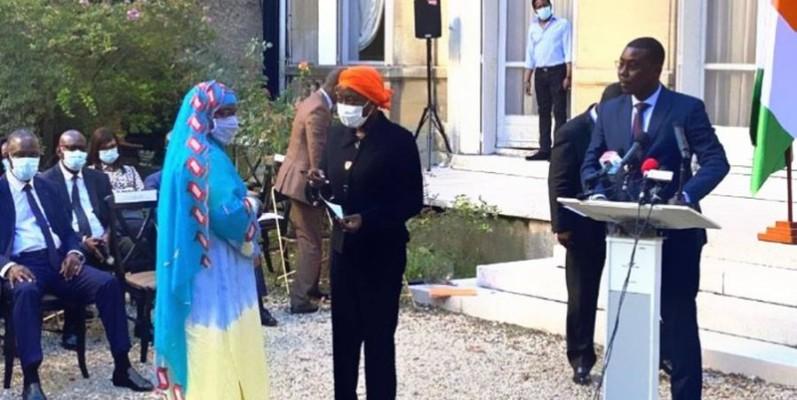 La ministre Mariatou Koné remettant le chèque d'une victime. (DR)