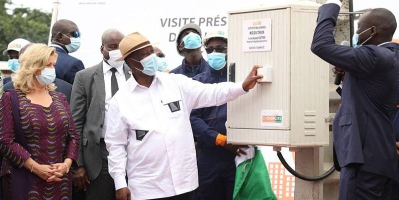 Alassane Ouattara procédant à la mise sous tension. (DR)