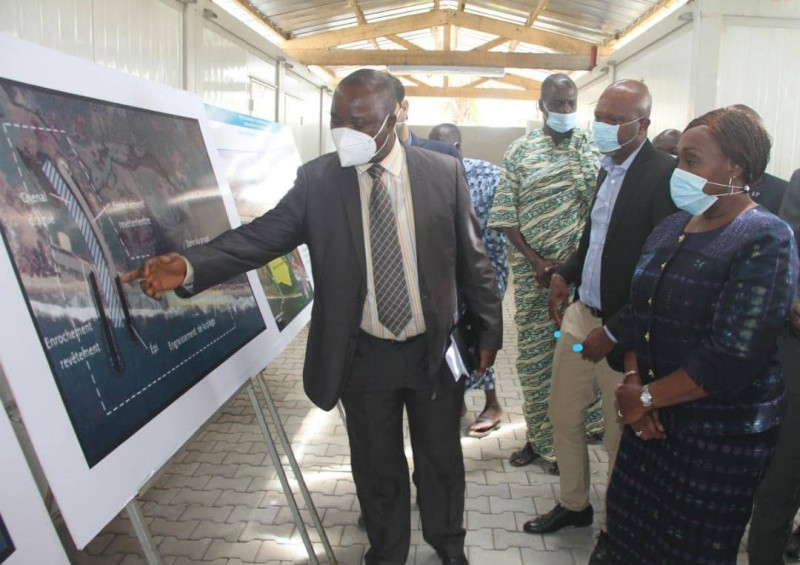 La ministre se fait expliquer les chantiers de Grand-Bassam (DR)