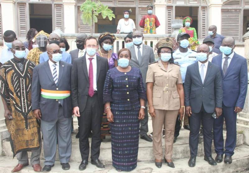 Photo de famille, la ministre et les autorités de Grand-Bassam (DR)