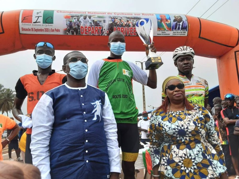 Cissé Issiaka, trophée en main, a encore fait étalage de son talent en présence du ministre Félix Anoblé et de la sénatrice et maraine de la compétition, Maïmouna Dosso, au bas du podium. (Dr)