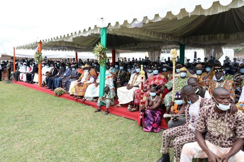 Les populations sont sorties nombreuses pour saluer l'arrivée du Président de la République. (Bosson Honoré)