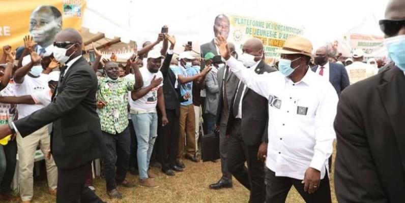 Alassane Ouattara, le Président de la République saluant les populations de M'Batto. (DR)