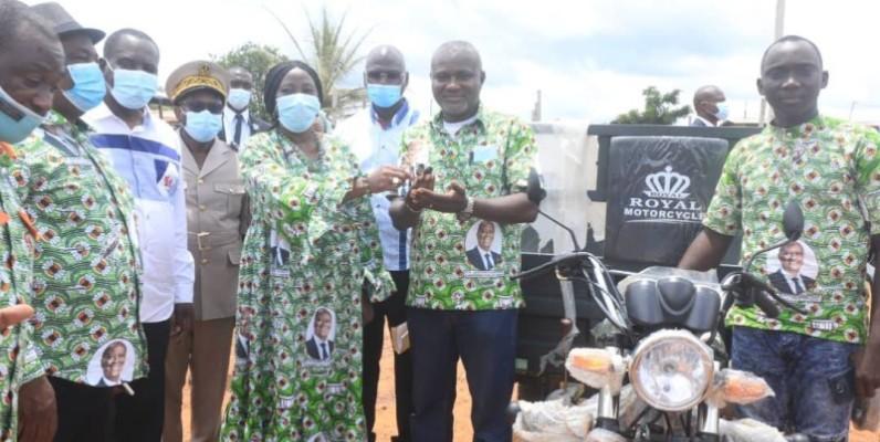 Des motos remises aux jeunes d'Anoumaba. (DR)