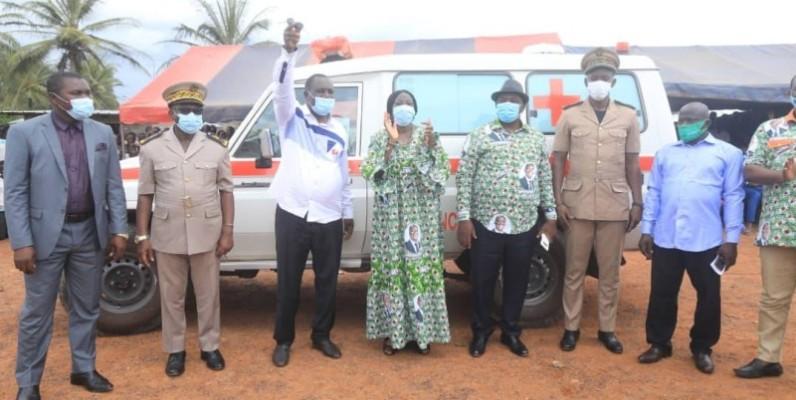 Kandia Camara remet les clés de l'ambulance médicalisée au sous-préfet d'Anoumaba. (DR)