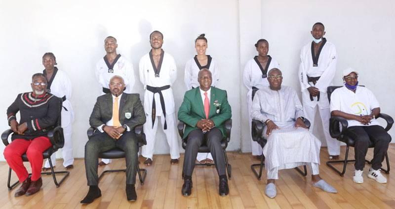 Les six premiers enseignants de taekwondo titulaires d'un Master 2 en taekwondo sortis de l'Injs, arrêtés derrière les autorités de la Fédération ivoirienne de taekwondo et de l'institut formateur. (DR)