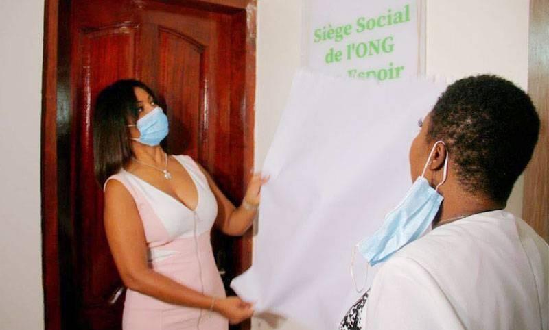 Sonia Boguifo, la marraine et généreuse donatrice, procède à l'inauguration. (DR)