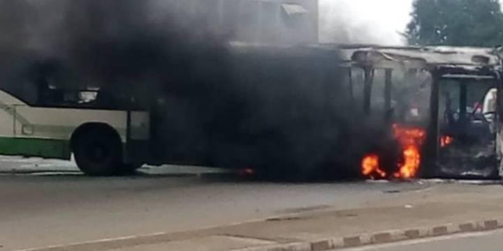 Un autobus incendié ce lundi à Yopougon. (Dr)