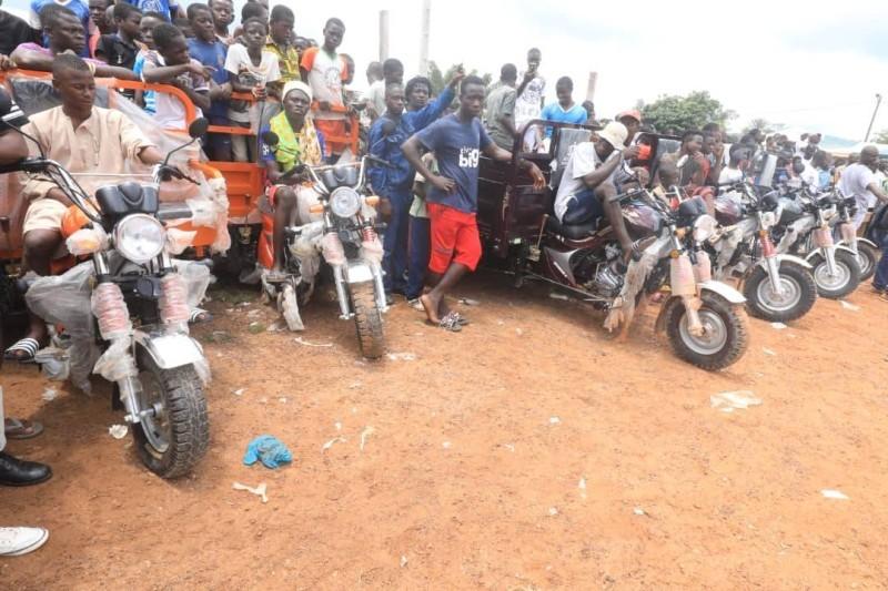 Des motos et tricycles ont été offerts aux jeunes et aux femmes pour les aider à se prendre en charge. (DR)