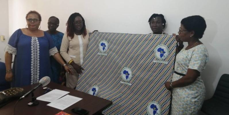 La présidente de Lune d'Afrique, Victorine Yao Yoboué (2e à partir de la gauche) et ses membres présentent le pagne de la caravane de la paix. (DR)