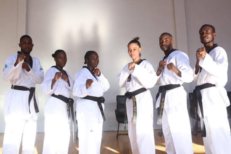Les six premiers enseignants de taekwondo titulaires d'un master 2 sortis de l'Injs, après leur passage de grades de Ceinture noire 4e Dan. (DR)
