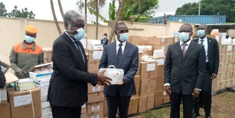 Le ministre-gouverneur du District autonome d'Abidjan, Robert Mambé Beugré, remettant symboliquement le matériel au ministre de la Sécurité, Diomandé Vagondo. (Edouard Koudou)