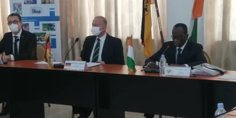 L'ambassadeur d'Allemagne (au centre) et le secrétaire général du ministère des Affaires étrangères ont salué l'excellent rapport entre Berlin et Abidjan.(DR)