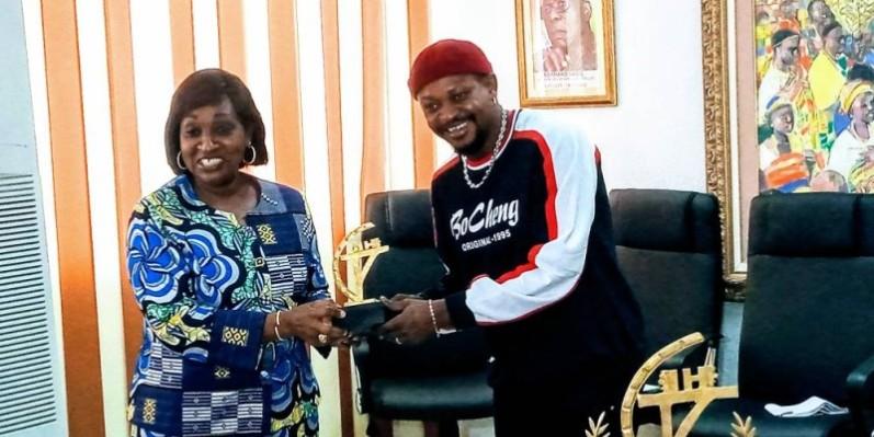 Ramatoulaye est allé présenter ses 2 trophées à la ministre de la Culture et de la Francophonie. (DR)