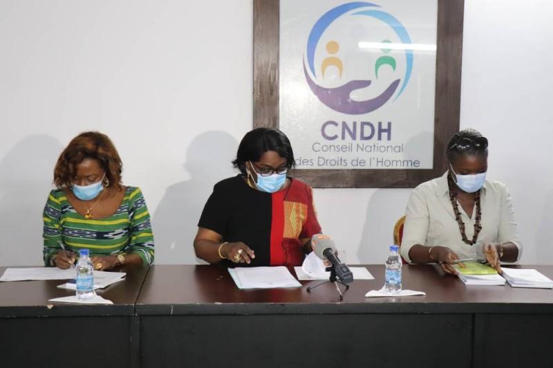 La présidente du CNDH encadré par la Vice-président (à g) et la Représentante-Résident de Onu-femmes (DR)