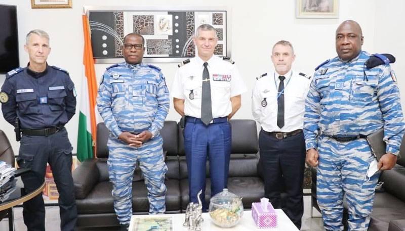 Le nouvel attaché de sécurité intérieure de l'ambassade de France en Côte d'Ivoire, le colonel Monbelli Valloire Christophe, a rendu visite au général de division Alexandre Apalo Touré. (Gendarmerie nationale)