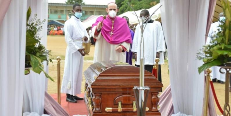 Le Nonce Apostolique Paolo Borgia devant le cercueil. (Julien Monsan)