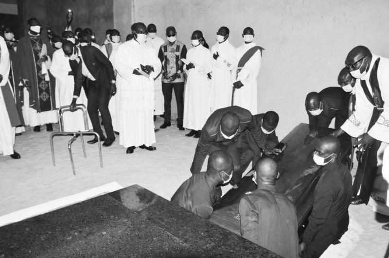 La dépouille de Mgr Laurent Mandjo mise dans le caveau de la nouvelle Cathédrale Saint-André de Yopougon. (Julien Monsan)