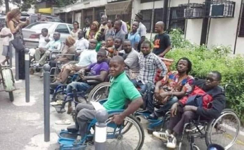 Des étudiants handicapés dans leurs fauteuils roulants en train de deviser. (Photos: Francis Kouamé)