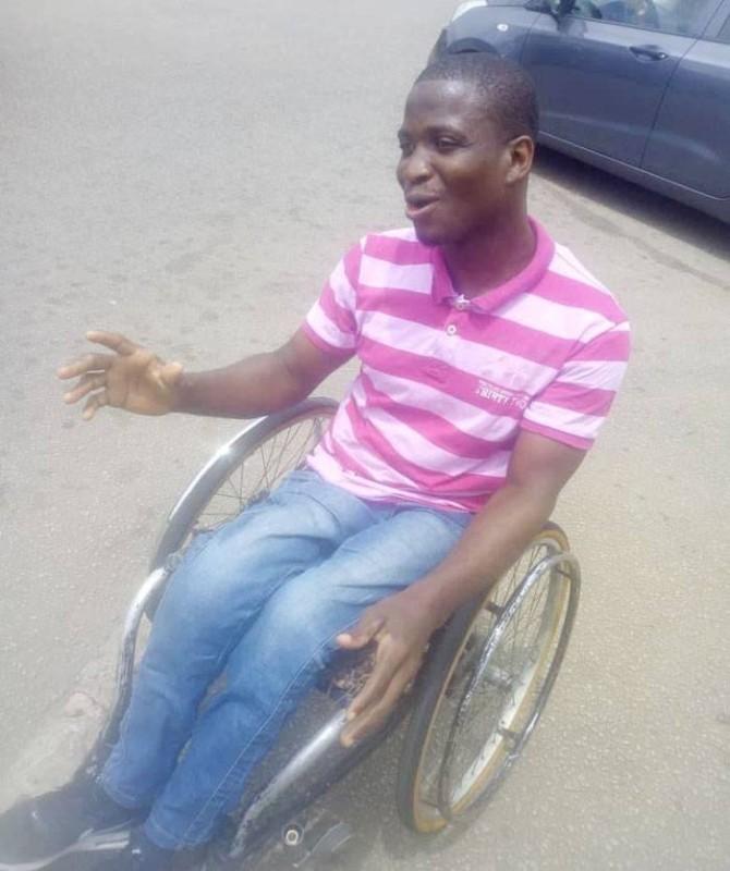 Un étudiant en fauteuil roulant, malgré les difficultés en cité universitaire, garde le sourire. (Photos: Francis Kouamé)