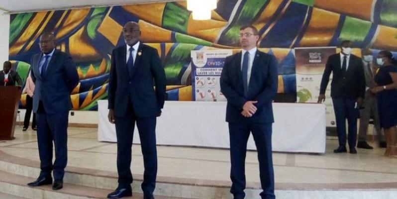 A gauche, le Pdg d'Envipur; au centre, le maire de Cocody et à droite le Dg de Nestlé Côte d'Ivoire, ont signé un protocole d'accord dans le cadre de la lutte contre les déchets plastiques. (Marie Ange Akpa)