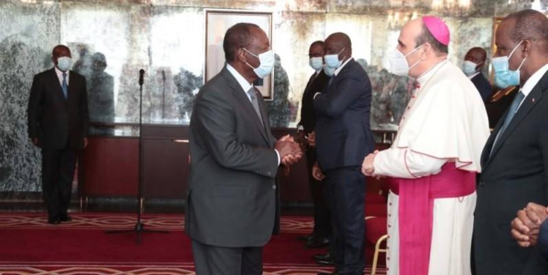 Le Président Alassane Ouattara saluant le Nonce Apostolique Paolo Borgia. (DR)