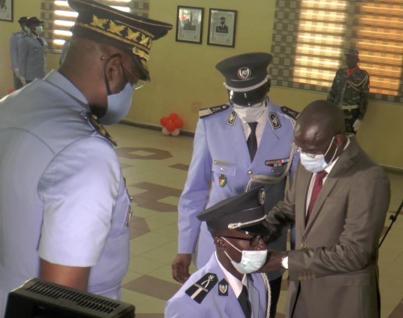 Le major de la promotion a reçu ses épaulettes des mains du ministre Diomandé Vagondo. (DR)
