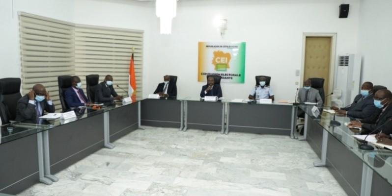 Les représentants des candidats à l'élection présidentielle lors des échanges avec la Commission électorale indépendante. (DR)