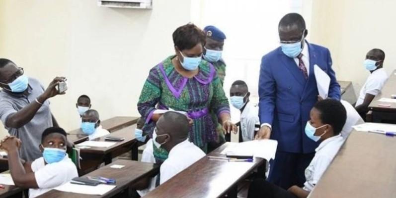 Le ministre en charge de la Santé, Dr Aka Aouélé s'assurant du bon déroulement des examens, en présence  de la directrice de l'Infas. (DR)