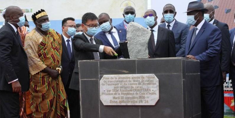 Le Président Ouattara donnant le premier coup de truelle marquant le début de construction du complexe. (Joséphine Kouadio)