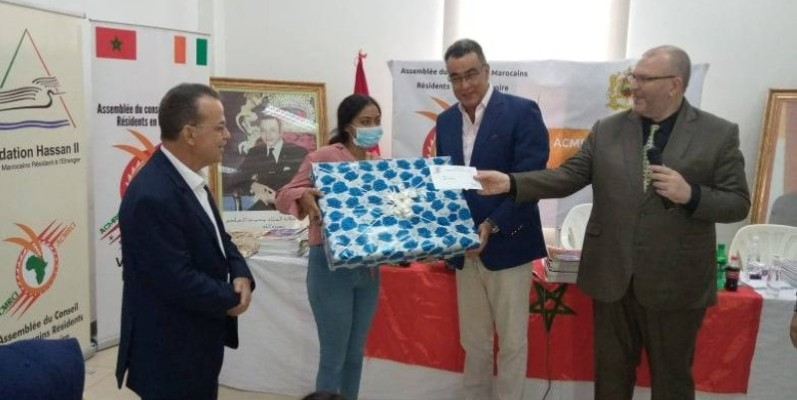 L'ambassadeur Abdelmalek Kettani remettant un lot à une nouvelle bachelière. (DR)