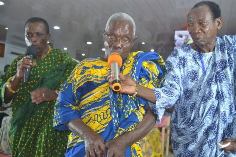 Le patriarche Adjé Assagou faisant des bénédictions pour la paix en Côte d'Ivoire. (DR)