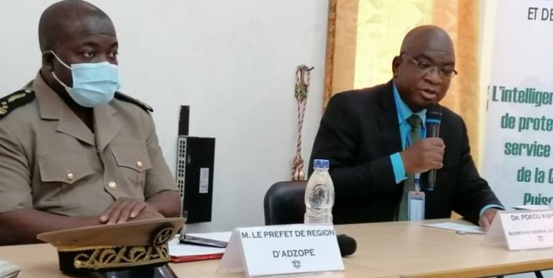 Le préfet de région d'Adzopé (à gauche) et Le Secrétaire général du Bureau national de prospective et de veille stratégique, Dr Pokou Koffi (à droite). (DR)