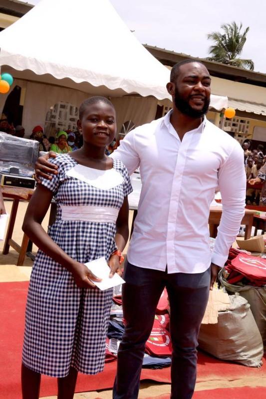 Jamil Aboubakar récompensant une brillante élève (DR)