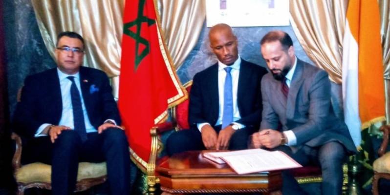 Didier Drogba (au centre) et Mohamed Dag Dag ont paraphé les documents en présence de l'ambassadeur du royaume du Maroc en Côte d'Ivoire (extrême gauche).(DR)
