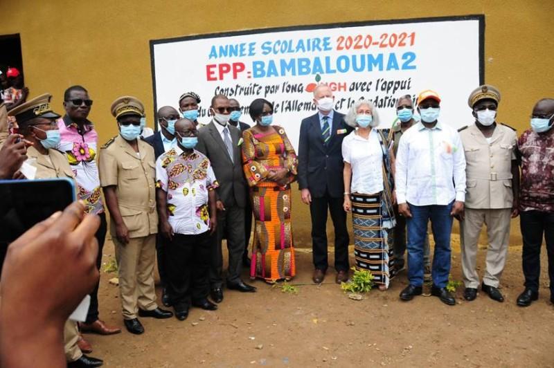 De gauche à droite : Le colonel Kangbé de Bambalouma, le Sous-préfet de Kounahiri, le président de la Mutuelle de Bambalouma, le DREN de Mankono, Alimata Koné de l'ONG NGH Côte d'Ivoire, l'Ambassadeur d'Allemagne, Ingo Herbert, Mme Saavedra, M. Detoh Alexis, M. le ministre Moussa Dosso et le Préfet de Kounahiri. (Sercom)