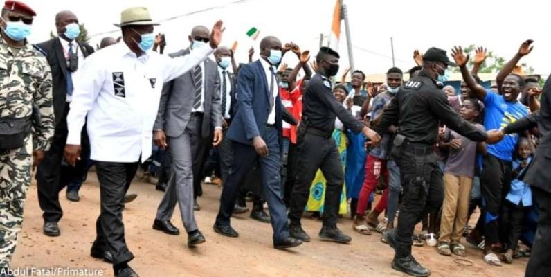 Alassane Ouattara, le Chef de l'État saluant les populations de Sinfra. (DR)