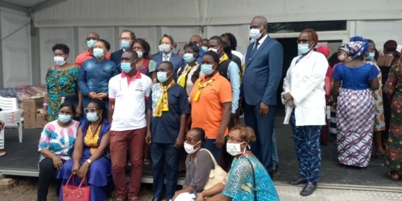 Photo de famille pour immortaliser l'événement après la visite du centre périphérique. (Edouard Koudou)