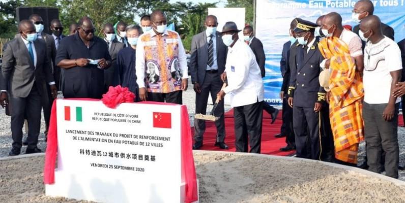 Le Président Ouattara a procédé au lancement du projet de renforcement de l'alimentation en eau potable de 12 villes de la Côte d'Ivoire en présence des membres du gouvernement et de l'ambassadeur de Chine, Wan Li. (DR)