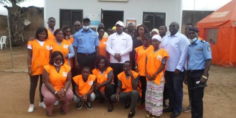 Sitionni Gnénin Kafana, directeur général de l'Oneci (casquette blanche), en compagnie du préfet de police et des agents de l'Oneci déployés à la préfecture de police. (Charles Kazoni)
