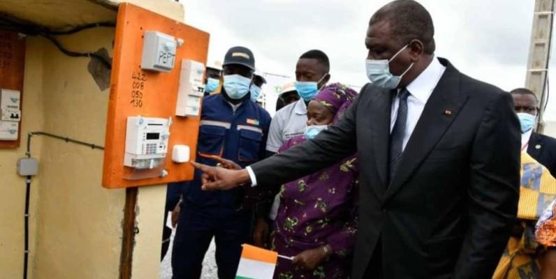 Le Premier ministre Hamed Bakayoko mettant sous tension ce sous quartier de Bouaflé. (DR)