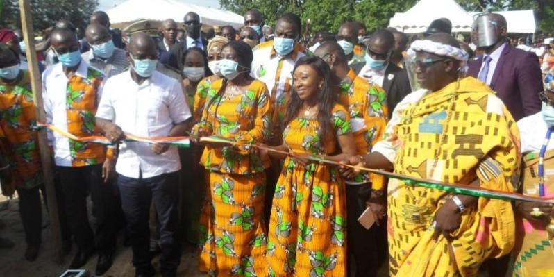 La ministre coupant le ruban symbolique donnant accès aux logements d'enseignants. (DR)
